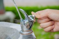 Thumb press the drinking water fountain